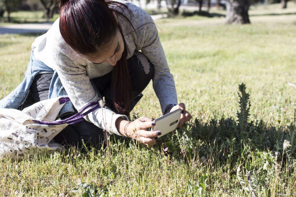 Alumna del IES Isaac Albéniz de Leganés (Madrid) realizando una fotografía para subirla al proyecto de Natusfera Monte de Boadilla. Autor: GBIF.ES